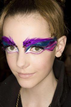 Blue and purple feather costume-makeup Make Up Looks, Beauty Make-up, Beauty Hacks, Feather Brows, Eye Makeup, Hair Makeup, Glitter Lipstick, Glitter Makeup, Stunning Eyes