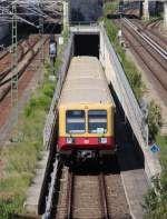 1.6.2014 Berlin. Schönhauser Allee. S9 nach Schönefeld kommt aus dem Tunnel.