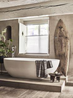 Raamdecoratie sluit mooi aan bij de stijl in huis. #plisse #badkamer #stijl #raamdecoratie #bece #inspiratie