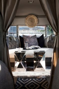 Glamping: Glamour y Camping en una renovada caravana Airstream http://icono-interiorismo.blogspot.com.es/2014/08/glamping-glamour-y-camping-en-una.html