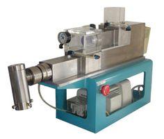 「真空混練押出成形機」 混練機と押出成形機を1台に集約。 バインダーの配合テストから成形・乾燥までテスト確認ができます。