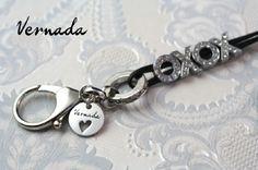 Vernada Design -nahkainen avainkoru, XOXO, musta.  #Vernada #jewelry #neclace #suomestakäsin #finnishdesign #avainkoru #kulkukorttikoru #avainnauha
