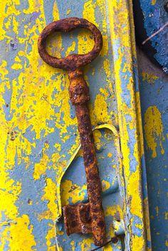 clé rouillée sur mur peint décrépi | Theophilos Papadopoulos