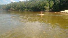 Não é por acaso que o Jalapão é conhecido por ser a caixa dágua do Brasil. Cachoeiras maravilhosas,águas borbulhantes, dunas, montanhas, praias de água doce, fervedouros, águas transparentes e de tons de cores surreais. Um dos destinos mais isolados e incríveis do Brasil.#MakennaeDyxklayNaEstrada #CasalComRodinhasNosPés #Jalapão #Tocantins #NossaVidaÉAndarPorEssePaís #Dia12Foto: Praia da Velha ou Praia do Rio Novo.