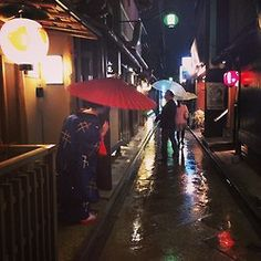 Maiko Ichiaya on a rainy evening in Pontocho by @kikocatcat on Instagram