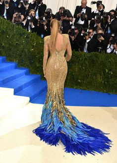Blake Lively wears a gold gown with blue feathers at the 2017 Met Gala. Blake Lively, Stylish Dresses, Fashion Dresses, Met Gala Outfits, Feather Dress, Peacock Dress, Gold Gown, Red Carpet Gowns, Gala Dresses