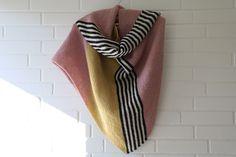 Jeg har strikket mig et skråplan. Det er endt med et stort, skønt sjal, som har både den helt rette størrelse, den rette tyngde og den rette lethed.
