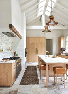 Amber Interiors has renovated this incredibly beautiful home with a rustic farmhouse vibe set on a beachside property in Malibu, California. Best Interior Design Blogs, Interior Modern, Interior Design Kitchen, Interior Design Inspiration, Interior Design With Wood, Interior Ideas, Home Design Blogs, Danish Interior Design, Condo Interior