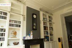 Boekenkasten rondom de schouw en open haard. Klassieke uitvoering in jaren 30 huis door www.oock.nl - Bookcases around the fireplace in wood in a classic thirties house setting, by www.oock.nl