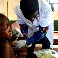 Ce 17 novembre, la communauté internationale renégocie l'aide financière qu'elle apporte à la République centrafricaine. Marie, petite fille de deux ans  en dépend ainsi que 2,2 millions de centrafricains. Garantir l'accès aux soins de santé doit être une priorité.  _________ #CAR #RCA #CARCrisis #MSF #RCAConf _________ Photo ©Sandra Smiley/MSF