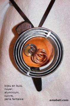 bijou fantaisie en bois ( buis et noyer), métal et perle, art singulier : Pendentif par amabati