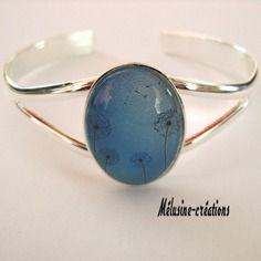 """Bracelet agrémenté d'un cabochon avec illustration  """"pissenlits sur fond bleu"""""""