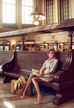Natalia Vodianova reading in train station. Photograph by Annie Leibovitz American Vogue, February Vogue is well known for its union of models and celebrities in editorials, and the long. Natalia Vodianova, A Lovely Journey, Annie Leibovitz Photography, Annie Leibovitz Photos, Brief Encounter, Foto Fashion, 40s Fashion, Travel Fashion, Vintage Fashion