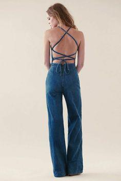 salopette en jean avec dos nu, femme blonde, mode,tendance