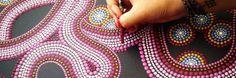 In deze video leg ik kort uit hoe ik dots maak in mijn schilderijen. Hoe mix je de perfecte verf voor die glanzende dikke dots. En hoe prepareer ik mijn penselen tot de ultieme dot tools.