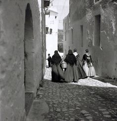 Pageses a D'alt Vila, agost 1935 - Foto: Denise Bellon (1902-1999) Ibiza Formentera, Ibiza Spain, Old Street, Female Photographers, Traditional Outfits, Zine, Vintage Photos, Island, Black And White