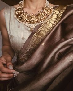 How rich and beautiful is this brown 😍😍 Outfit Designer, Indian Designer Outfits, Indian Outfits, Indian Attire, Designer Dresses, Lehenga Designs, Kurta Designs, Trendy Sarees, Stylish Sarees