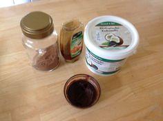 Gezonde, snel gemaakte en vooral lekkere chocopasta met maar drie ingredienten. Basis kokosolie en pure chocopoeder en zoeten met honing. Evt. de kokosolie even smelten om makkelijker te mengen. Kan buiten de koelkast bewaard worden en blijft goed smeerbaar. Mijn kinderen gaan totaal voor deze variant, dus ik hoef niet meer moeilijk te doen met noten malen en dure spullen kopen en heb ik ze toch aan een gezondere broodbeleg!