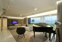 Quem nunca pensou em ter um piano em casa???... Neste apartamento a arquiteta ampliou a sala, eliminando um quarto, criando espaço para um de cauda.  Um objeto tão grande e com tanta personalidade se encaixou perfeitamente no espaço, criando uma ambientação harmônica. Conheça o bairro planejado mais moderno de São Paulo. Jardim das Perdizes. Decorado: Teresinha Nigri