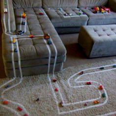 Fita crepe + carrinhos = diversão no chão!  (via Erica Akira)