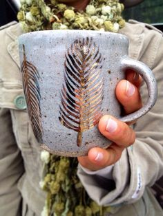 gold feather mug - write on mugs with gold sharpie.love the gold This mug is hand thrown, it is a light grey clay body & color with hand painted gold feathers. The approximate size of this cup is: 3 Writing On Mugs, Crackpot Café, Tassen Design, Gold Sharpie, Sharpies, Sharpie Mugs, Diy Mugs, Gold Feathers, Arts And Crafts