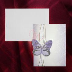 Invitatia este introdusa intr-un suport mov cu imprimeuri florale. Acesta are in partea stanga atasat un fluturas cu accente argintiu. Plicul alb este inclus in pret.  #invitatie de #nunta #mirese #miri #invitatii #elegante #originale