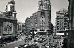 Cine Callao a la izda de la imagen. . El sótano del edificio se pensó para alojar un café aunque posteriormente se adaptó a la antigua discoteca Xenón. El 13 de junio de 1929 se proyectó en este cine la que fue primera película sonora y hablada estrenada en España, 'El cantante de jazz'.