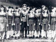 """SS Helferinnen   """"Ich wollte mehr."""" Helferinnen der SS posieren 1944 mit SS ..."""