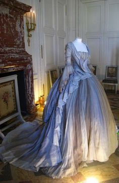 Marie Antoinette dress -is it bad that I find it slightly entertaining they used a headless manniquin for a Marie Antoinette dress? Vintage Outfits, Vintage Gowns, Vintage Mode, Vintage Hats, Antique Clothing, Historical Clothing, Historical Dress, Old Dresses, Pretty Dresses