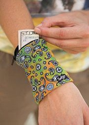 No Pattern! DIY Wrist Wallet Perfect for Bar Hopping Friends smart! Diy Wrist Wallet, Fabric Crafts, Sewing Crafts, Diy Couture, Sewing Projects For Beginners, Free Sewing, Sewing Hacks, Diy Clothes, Diy Fashion