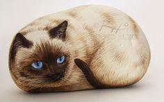 Gato siamés irresistible pintada en una piedra de mar  Arte