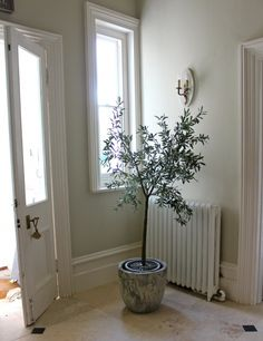 hallway colour- farrow & ball shaded white with radiator painted in F pointing. Love that door. Love that cast iron Hallway Colours, Room Colors, Wall Colors, House Colors, Paint Colors, Hallway Paint, White Hallway, White Walls, Modern Country Style