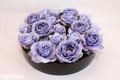 Centrotavola di rose lilla in vaso di vetro nero. carlocivera.org #rose #vetro #design #arredamento #