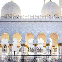 La più grande bellezza di arte Araba. Oro, marmi, cupole e spazi immensi...e poi ancora le fontane cui riflettono la costruzione... Insomma  Uno spettacolo da togliere il fiato... In foto signori la Moschea di Zayed in Abu Dhabi . Buona Domenica a tutti ... . . . . . . #sheikzayed #zayed #moschea #abudhabigp #abudhabi #abudhabiart #emiratescabincrew #emirate #emirati #arabians #arabiansea #igersabudhabi #pray #architettura #architecture #archi_award #architec #architectures #ig_architectu...