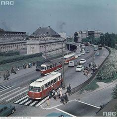 Trasa W-Z w Warszawie, widok z pl. Zamkowego w kierunku Pragi. Na jezdni autobus Jelcz 043 linii