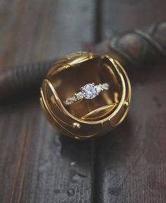 We're obsessed with this quirky Harry Potter marriage proposal complete with a unique golden snitch ring box! Harry Potter Schmuck, Bijoux Harry Potter, Mode Harry Potter, Estilo Harry Potter, Harry Potter Love, Harry Potter Snitch, Wedding Ring Box, Wedding Engagement, Engagement Rings