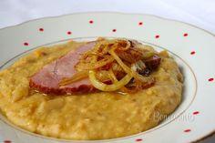 K tradičným pokrmom českej a slovenskej kuchyne neodmysliteľne patrí aj hrachová kaša. Obyčajne sa podáva s vareným údeným mäsom, alebo opečeným iným druhom údeniny, ako sú klobásy, špekáčky alebo párky. Na vrch hrachovej kaše sa dá osmažená cibuľka a zajedá sa krajcom čerstvého chleba.