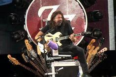 Vocalista do Foo Fighters volta ao palco - de perna quebrada, mas sentado num 'trono de guitarras' ;-) - Blue Bus
