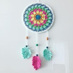 Dreamcatcher Granny Square Style - crocheted, designed by Paula Matos, Elealinda-Design Crochet Wall Art, Crochet Wall Hangings, Crochet Home, Crochet Gifts, Crochet Doilies, Crochet Yarn, Crochet Flowers, Crochet Feather, Crochet Dreamcatcher