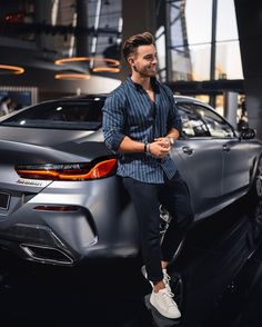 visit our website for the latest men's fashion trends products and tips . Portrait Photography Men, Photography Poses For Men, Stylish Men, Men Casual, Look Casual, Modern Men Street Style, Ootd Poses, Best Poses For Men, Mens Photoshoot Poses