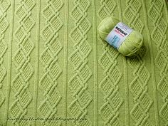 Free Baby Blanket Pattern to knit with moss stitch diamonds. Material used: Bernat Softee Baby yarn (3.5 skeins) and Needle size: 3.75mm.