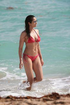 padma_lakshmi_bikini_red_2015_4.jpg (933×1400)