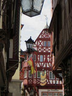 Enseignes et drapeaux, les maisons de  Bernkastel, commune de Bernkastel-Kues, landkreis de Bernkastel-Wittlich, Rhénanie-Palatinat, Allemagne. | par byb64