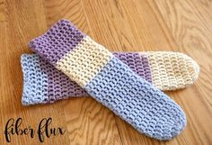 For those easygoing days at home, here are a cute and comfy pair of slipper socks that you can stitch up in no time flat! I crea. Crochet Poppy Free Pattern, Crochet Slipper Pattern, Easy Crochet Patterns, Free Crochet, Knit Crochet, Crochet Box, Crochet Granny, Single Crochet, Stitch Patterns