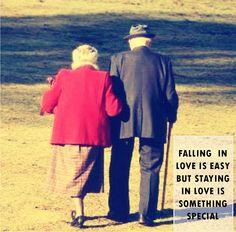 Pour les seniors si l'amour ne gomme pas les rides, il leur donne un sens. Elderly Couples, Old Couples, Couples In Love, Still In Love, My Love, Beaux Couples, Grow Old With Me, Growing Old Together, Lasting Love