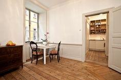 Bröstpanel och golvtiljor i ett rum på plan ett i Cepheus, Kindstugatan 10.