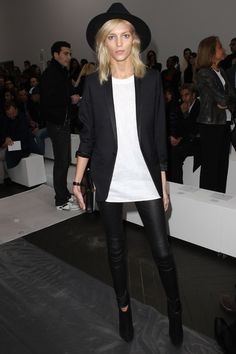 Les meilleurs looks d'Anja Rubik street look model off duty http://www.vogue.fr/mode/inspirations/diaporama/les-meilleurs-looks-danja-rubik/20939/carrousel#les-meilleurs-looks-danja-rubik-5