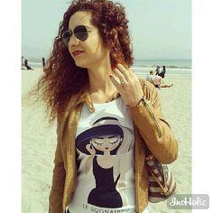 Sole che lentamente ci spinge verso la spiaggia. Primavera è anche una passeggiata in riva indossando Holly Blu ❤  Repost via @carlinettas  #lesognatrici #spring #mare #tee #tshirt #sea #hollygolightly #colazionedatiffany #audreyhepburn #audrey #sognatricifelici #donne #outfit #primavera