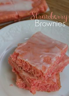 Strawberry Brownies Recipe If there's one thing that I love more than chocolate brownies, it's strawberry brownies. Strawberry Brownies are easy to make and have few ingredients! Quick Dessert Recipes, Cake Mix Recipes, Brownie Recipes, Cookie Recipes, Mini Desserts, Easy Desserts, Delicious Desserts, Strawberry Blondie Recipe, Strawberry Cake Recipes