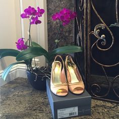"""Vince Camuto """"EDGE"""" Peach patent leather open toe sling back heel w/gold metallic chain detail... unique beautiful color. Size 10, which was too big for me but I loved the color & had to have 'em! 4-1/2"""" heel height. 💟PRICE FIRM💟PD168*20 Vince Camuto Shoes Heels"""